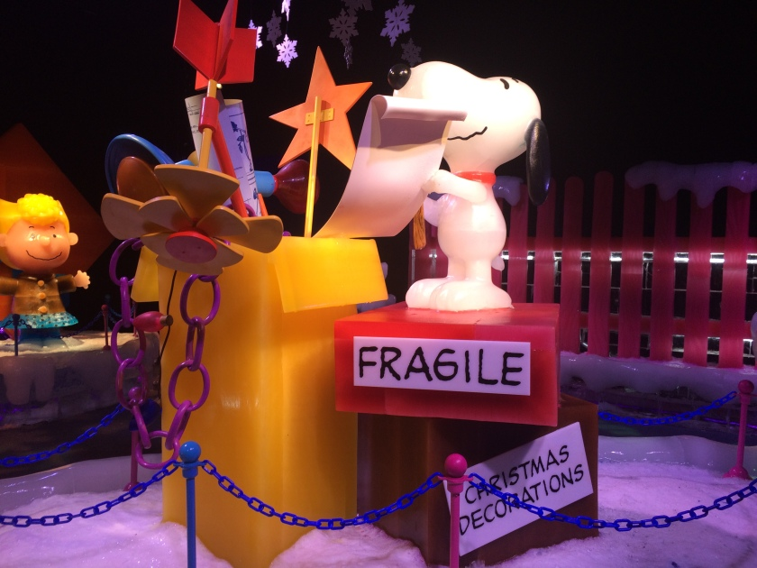 Snoopy decorating his house from front